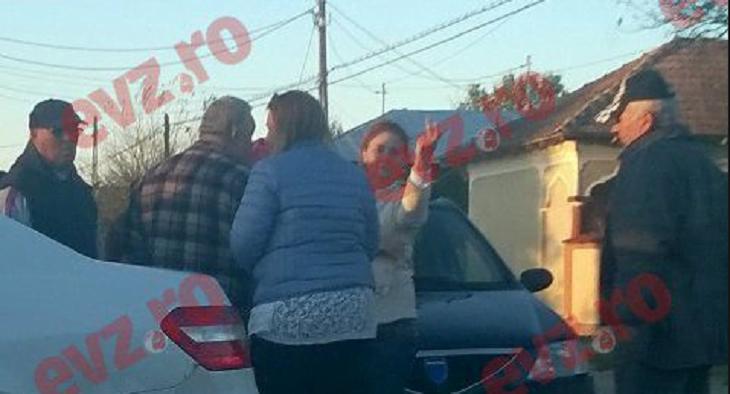 REVOLTĂTOR! Ăștia-s oamenii care vor să pună mâna pe România! Soția candidatului PSD la funcția de primar într-o localitate din Teleorman, nu se sfiește să arate gesturi OBSCENE către alegători!