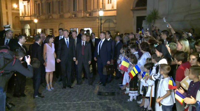 """Klaus Iohannis, asaltat de sute de romani la Roma care s-au saturat de PSD! """"Vrem acasa, hotii nu ne lasa"""""""
